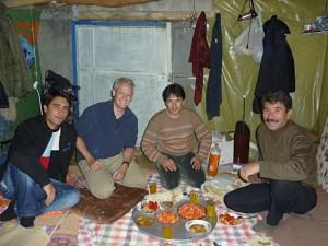 Mittagessen auf kurdisch gegenwärtig in der Garage