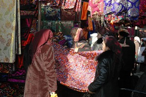 Kumtepa Bazaar: Colorful textiles