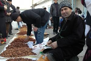 Kumtepa Bazaar: Friendly salesman offering dried fruits