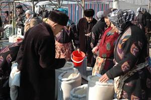 Kumtepa Bazaar: Close inspection of the goods and intensive negotiations