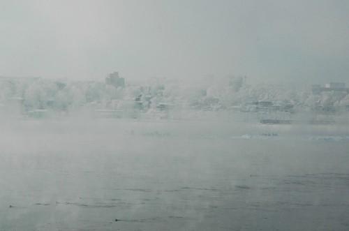 Dämpfender Angara Fluss im Frost