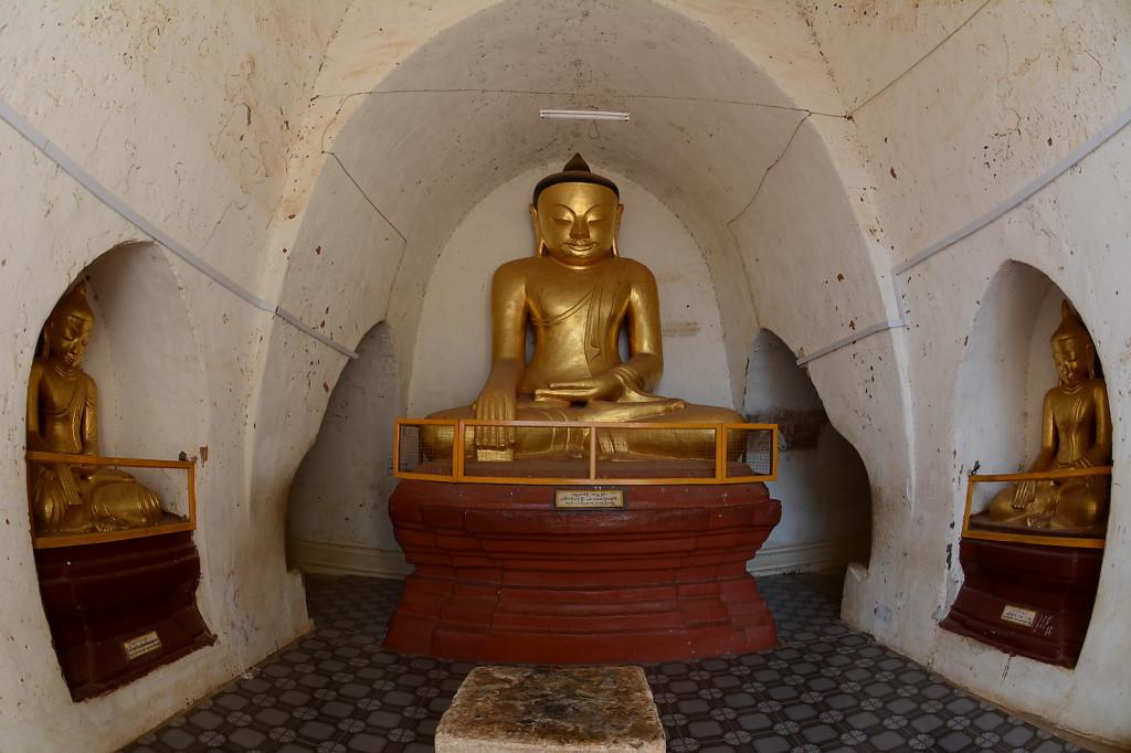 Goldene Buddha Statue in Old Bagan