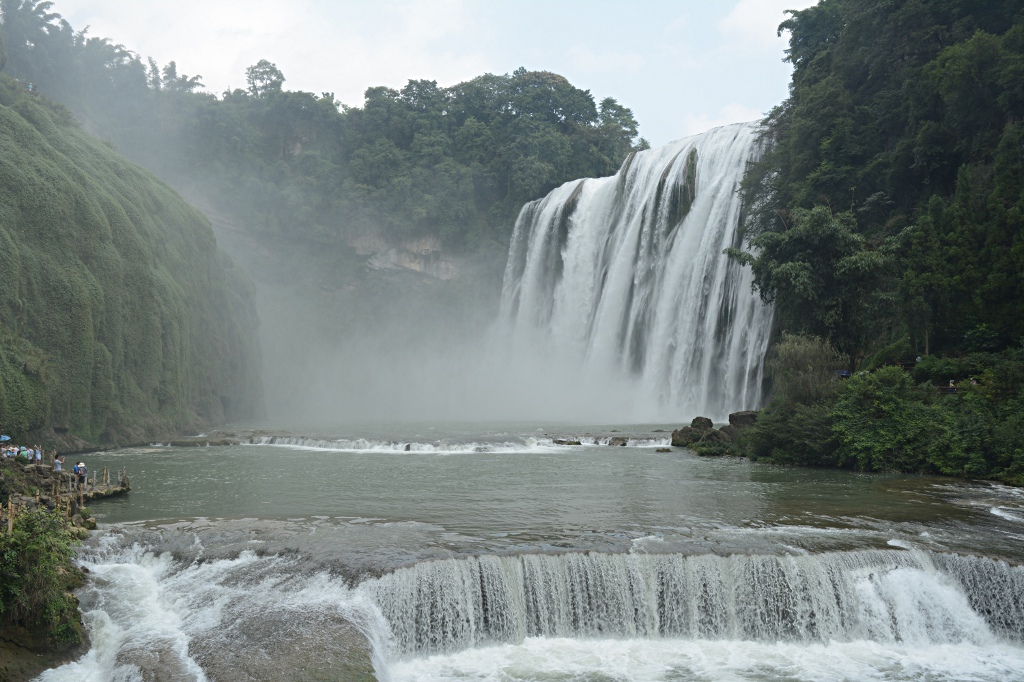 More than 80 meters wide and about 77 meters tall: the Huangguoshu waterfall