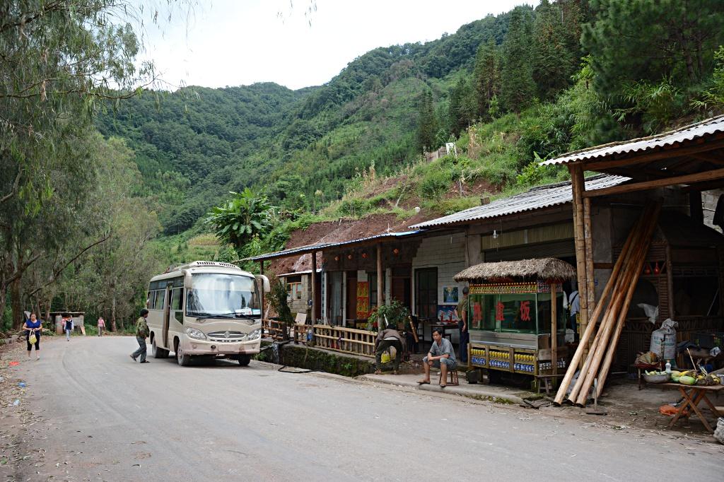 Short break to shake off the shaken bodies on top of a pass between Lvchun and Jiangcheng