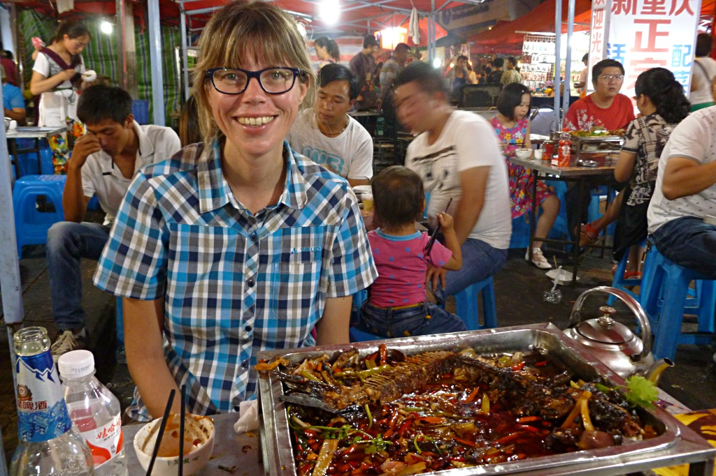 Happy thanks to a full stomach: Delicious barbequed fish Chongqing-style on the night market in Anshun