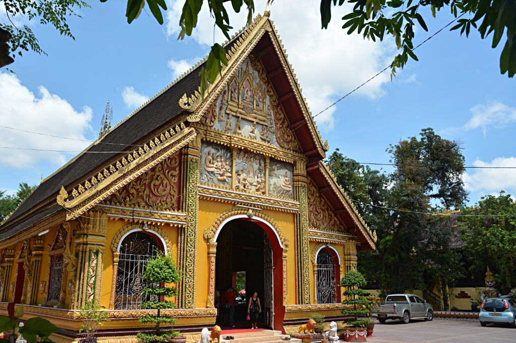 Wat Si Muang, new and very active
