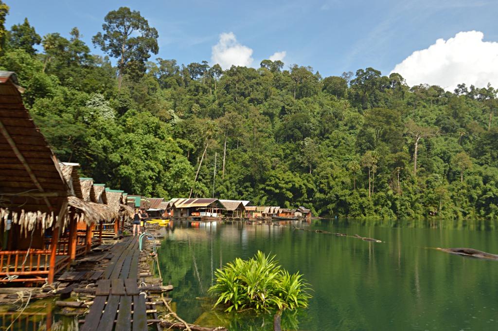 Wunderschöne schwimmende Bambushütten für einen guten Schlaf