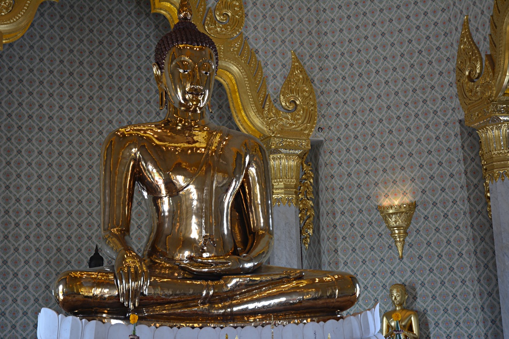 Solid gold: the Buddha at Wat Traimit