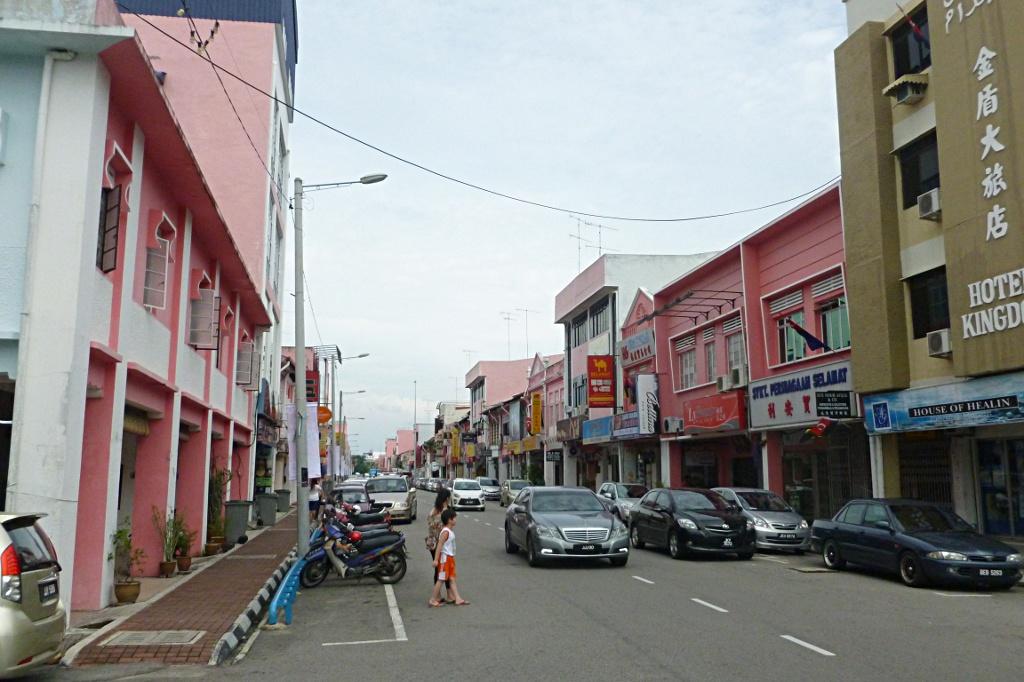 Easy navigation: pink street in Muar